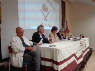 El comisario de la exposición acompañado de uno de los artistas, el coronel de Regulares y la consejera de Cultura Fadela Mohatar