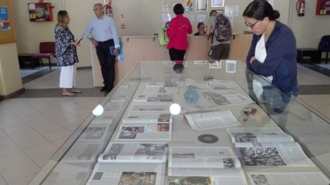 La exposición está ubicada en el recibidor de la Biblioteca Pública