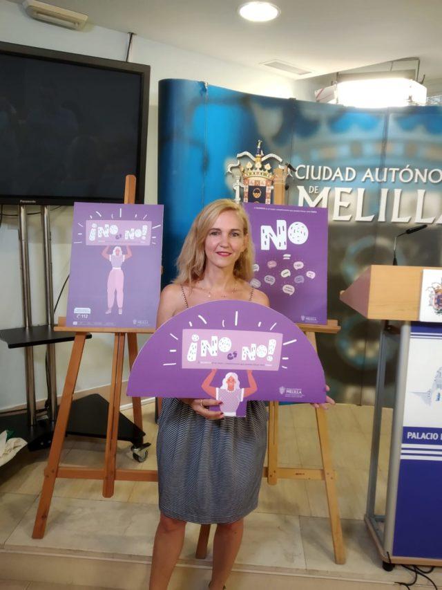 La viceconsejera de Cultura con uno de los abanicos con el lema ¡No es no!