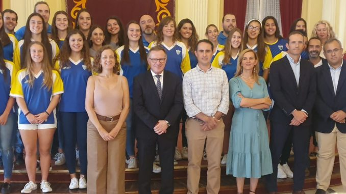 La Salle de baloncesto femenino posa con miembros del gobierno