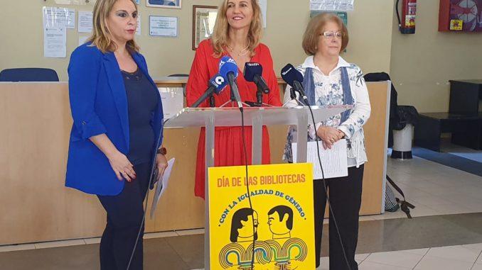 La viceconsejera de Cultura, Fernández Treviño, con la directora de la Biblioteca Municipal, Sonia Gil y la escritora melillense, Encarna León