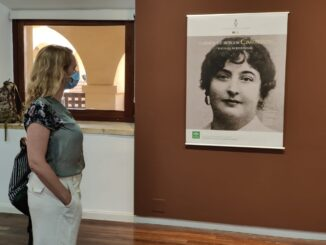 Treviño visitando la muestra de Carmen de Burgos