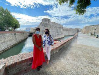 Kissy y Dunia visitando la muralla ceutí
